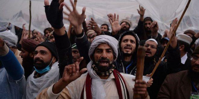 لاہور کا پٹواری، پٹوارخانہ سے ریکارڈ لے کر غائب ہوگیا، عوام سراپا احتجاج بن گئی