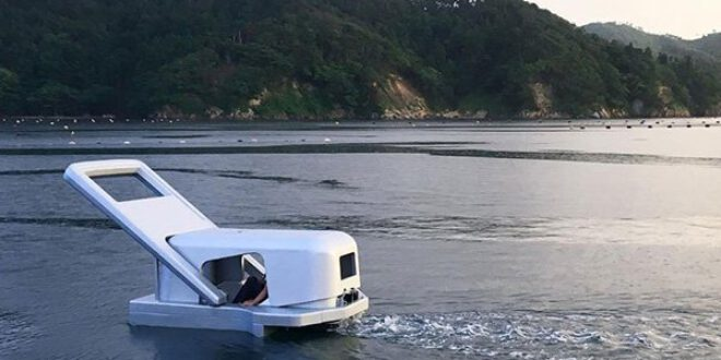 زِپ شکل کی کشتی جاپانی دریا میں رواں دواں
